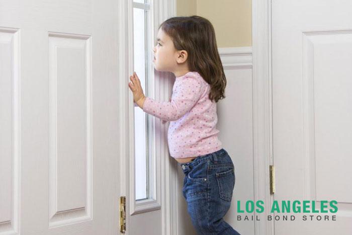 children answering the door